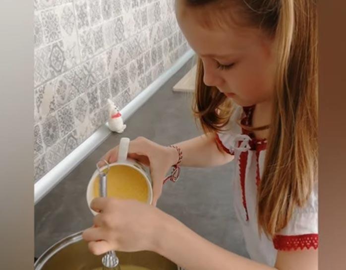 Simon Liza puliszkát készít