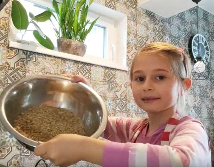 Vivi zserbógolyót készít